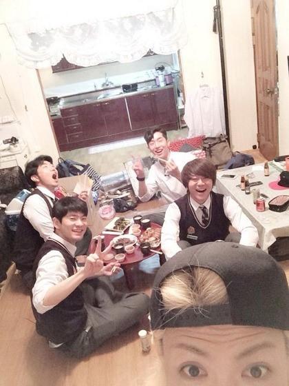 """M.I.BのKangNam、ユン・ドヒョン&チャン・ギハら「学校に行ってきます」メンバーとの写真を公開""""家に遊びに来てくれました"""""""