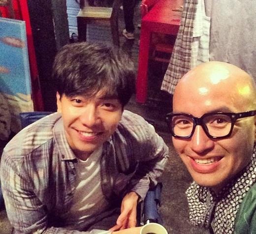 ホン・ソクチョン、イ・スンギと撮った仲睦まじいツーショットを公開「スンギはいつもナイスだね」