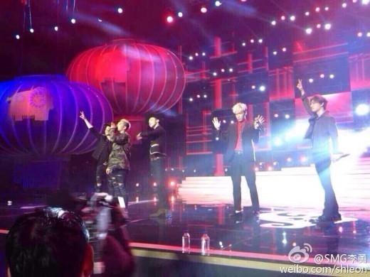 BIGBANG、久々に5人全員で番組収録!個性溢れるポーズを披露…「春節晩会」現場写真が話題