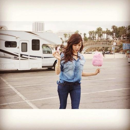 """少女時代 ティファニー、グラビアのような日常写真を公開""""ピンクの綿菓子を持って"""""""