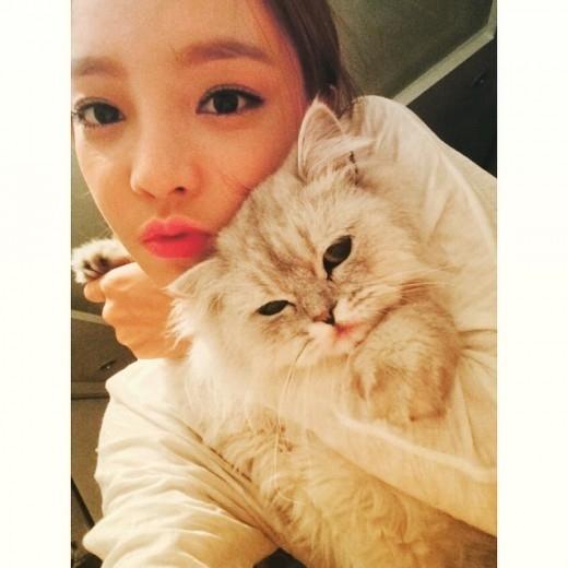 """KARAハラ、愛猫と一緒に撮った写真を公開""""唇にチュー"""""""