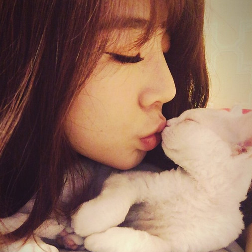"""少女時代 サニー、真っ白な猫とキス…""""猫になりたい""""ファン続出?"""
