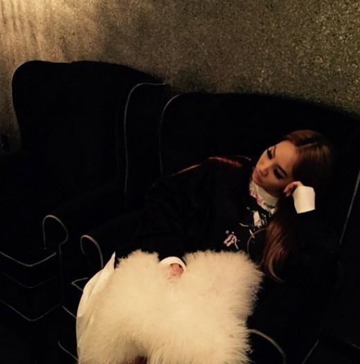 """2NE1のCL、うたた寝をしている写真を公開…長いまつげに""""人形みたい"""""""