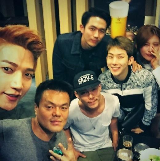 2PMのJun. K、JYPファミリーと撮った写真を公開「入社10年目の親友」