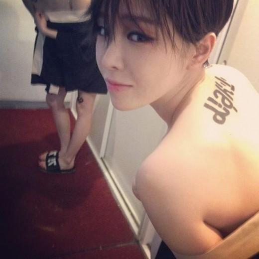 "Brown Eyed Girls ガイン、新ヘアスタイル&謎のタトゥーのある背中を公開""ネタバレ"""