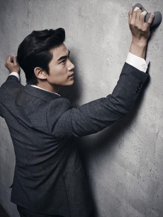 2PM テギョン、スーツ姿でボルダリング…ワイルドな魅力際立つグラビア公開