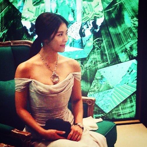 """ハ・ジウォン、近況を公開…ドレスを着た優雅な姿""""肩のラインがセクシー"""""""