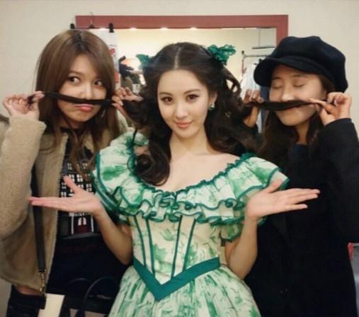 """少女時代 ソヒョン、応援に駆けつけたスヨン&ユリとのコミカルな写真公開""""髭を作っていたずら"""""""