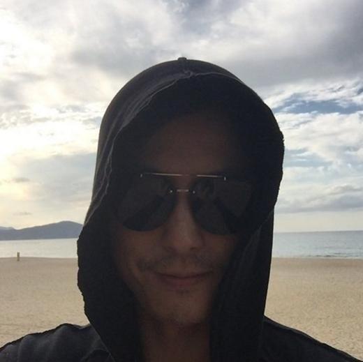 """チョン・ウソン、海辺で撮ったセルフショットを公開…""""隠してもカッコいい"""""""