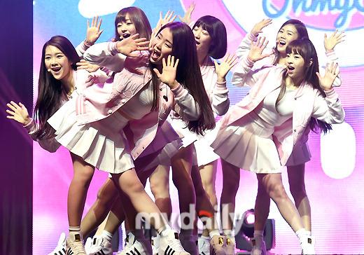 """OH MY GIRL""""所属事務所の先輩""""B1A4に感謝「チームワークが重要だと助言してくれる」"""
