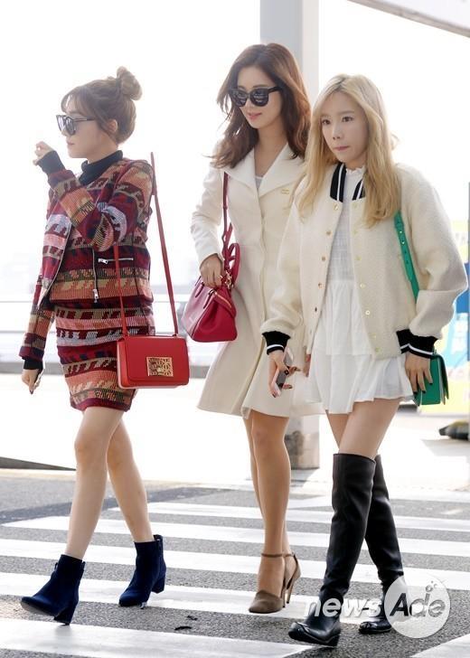 """少女時代 テティソ、空港ファッションのポイントアイテムは""""ミニバッグ"""""""