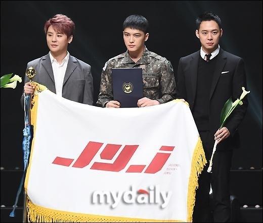 JYJ「3人で出席できて感謝」メンバー入隊後初めて公の場に…ジェジュンは軍服姿で登場