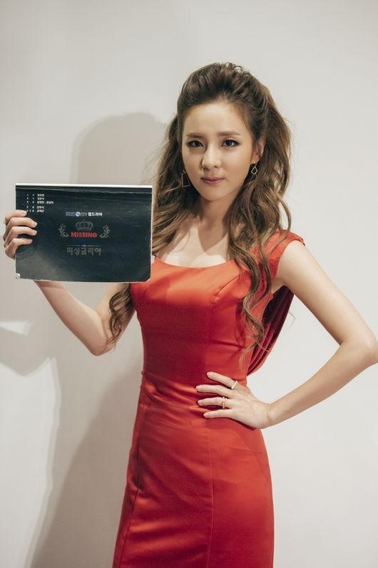 2NE1のDARA、華やかなドレス姿を披露…ミスコリアに変身!