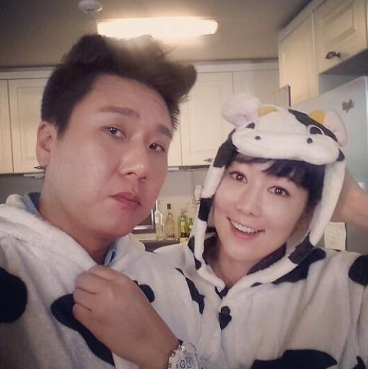 藤田小百合&イ・サンミン、お揃いの着ぐるみパジャマを着てツーショット