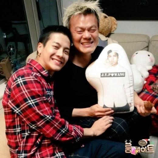 """GOT7 ジャクソン&パク・ジニョン、温かい笑顔…""""キュートなクッションと共に"""""""