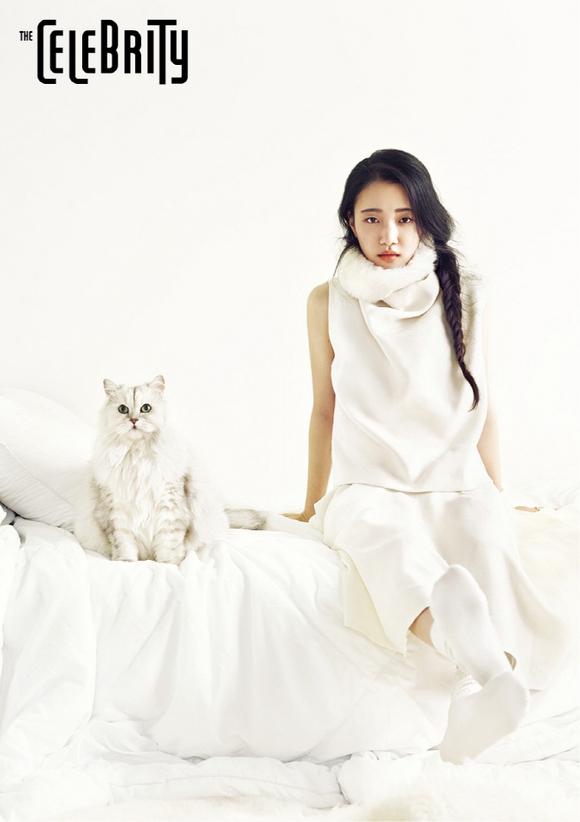 """""""韓国の蒼井優""""ソン・スヒョン、猫と一緒にグラビア撮影…気だるい眼差しで独特の雰囲気を放つ"""