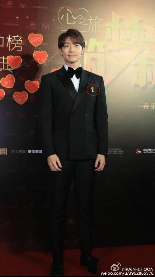 """RAIN、黄色いリボンを付けて「CHINA MUSIC AWARD」に出席""""セウォル号事故1周忌を哀悼"""""""