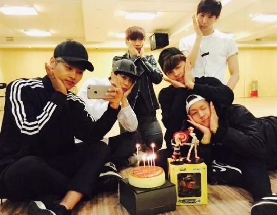 """VIXX、練習室でケンの誕生日パーティー!""""メンバー全員でお揃いのポーズ"""""""