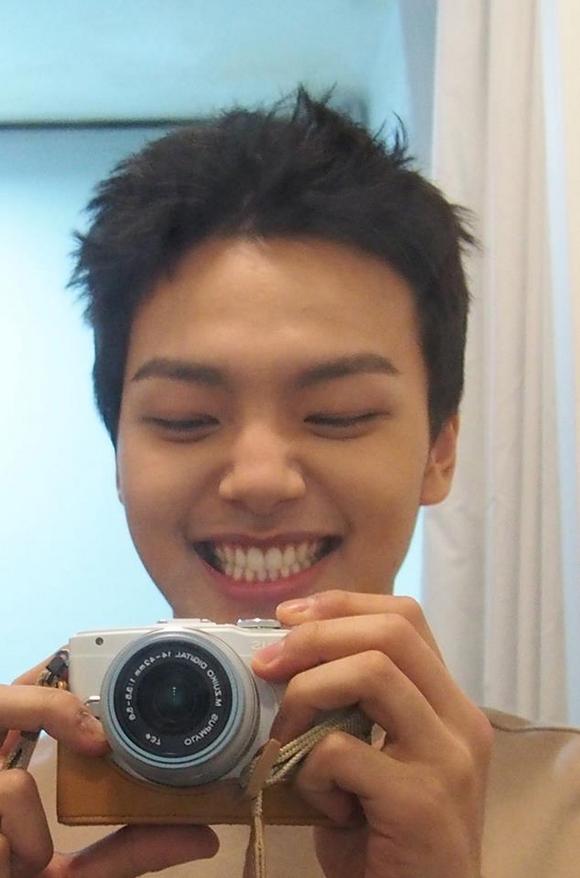 ヨ・ジング、デジカメで撮影した笑顔いっぱいのセルフショットを公開!「明けましておめでとうございます」