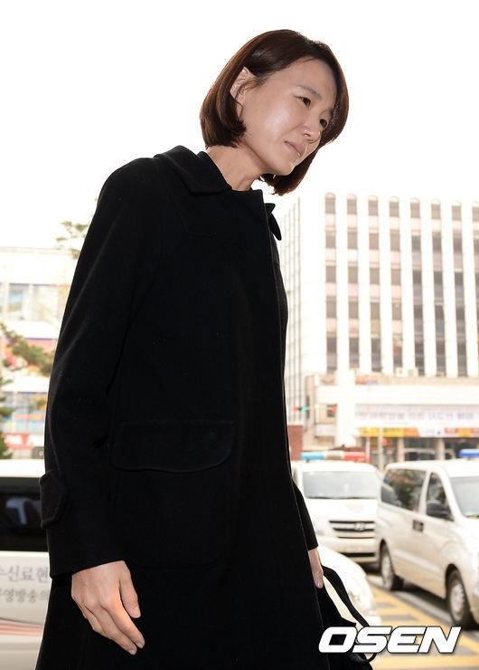 故シン・ヘチョルさんの妻ユン・ウォンヒさん、警察署を訪れ取材陣の前で涙「立場を説明する」