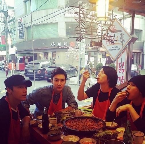 "SUPER JUNIOR ヒチョル、メンバーと会食中…豪快な食べっぷりを披露""美味しそう"""