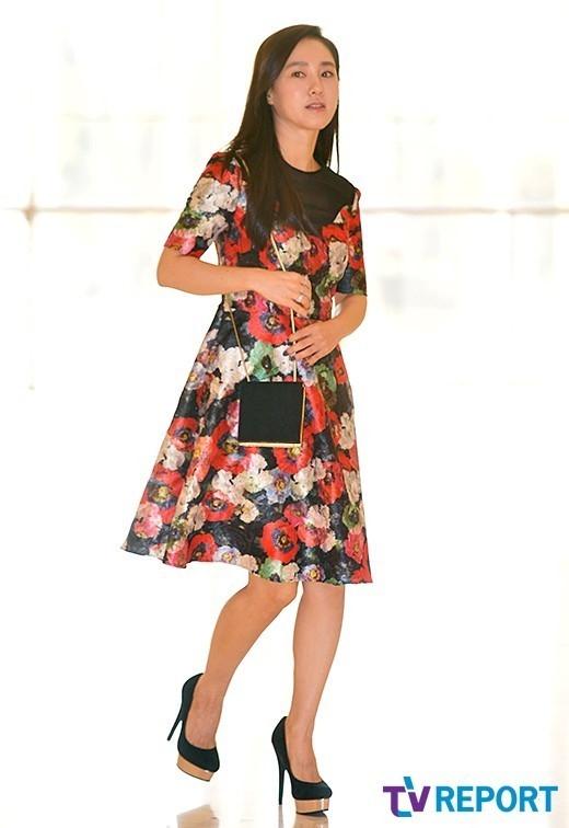 本当に44歳?どんなファッションも完璧に着こなすパク・ジュミの美貌が話題