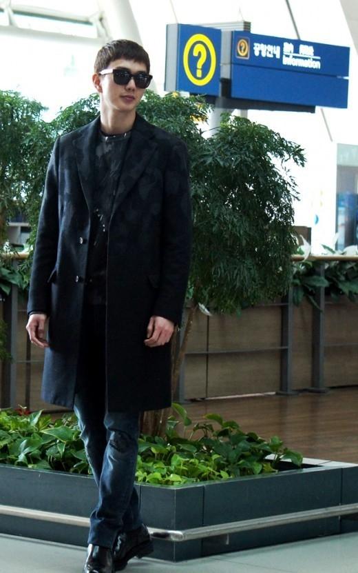 ユ・スンホ、頭からつま先までオールブラックの空港ファッションを披露
