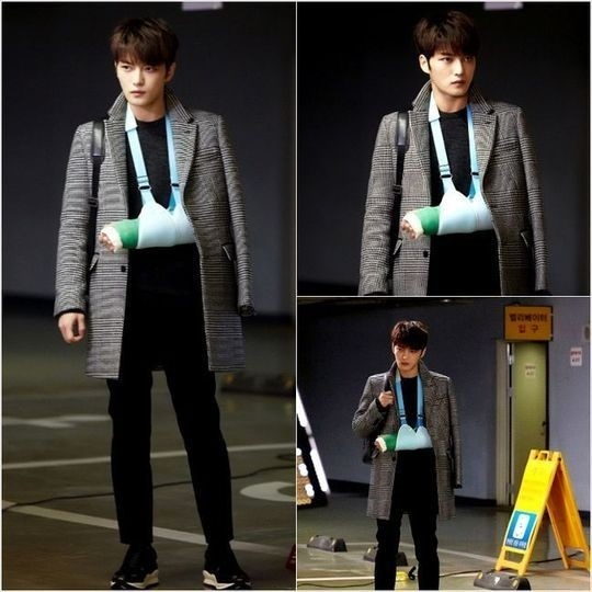 """「スパイ」JYJ ジェジュン、初撮影から見る人を圧倒する演技!""""腕にギプスをはめても輝くイケメンぶり"""""""