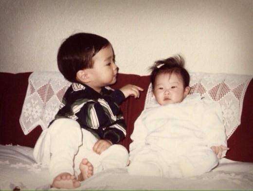 "SUPER JUNIOR シウォン、幼少期に撮った妹ととのツーショットを公開""キラキラした瞳"""