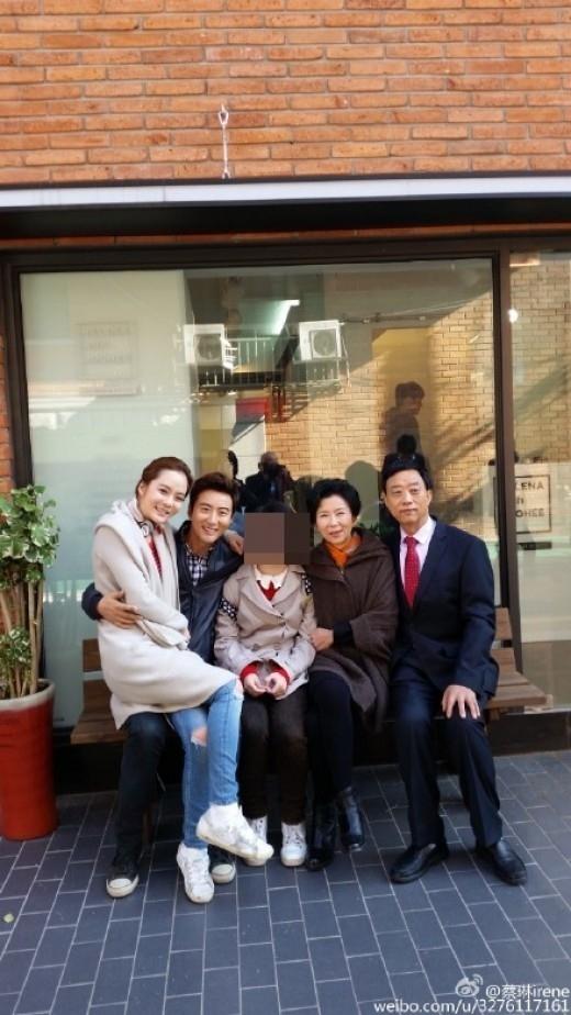 チェリム、夫ガオ・ズーチーの膝の上で晴れやかな笑顔…家族写真で近況を伝える