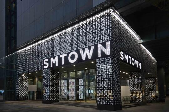 SMの新名所に行ってみた!カフェにスタジオ、劇場まで…全てがつまった「SMTOWN@coexartium」