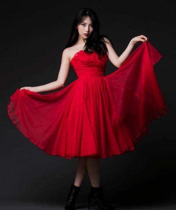 松風理咲さんのカクテルドレス姿