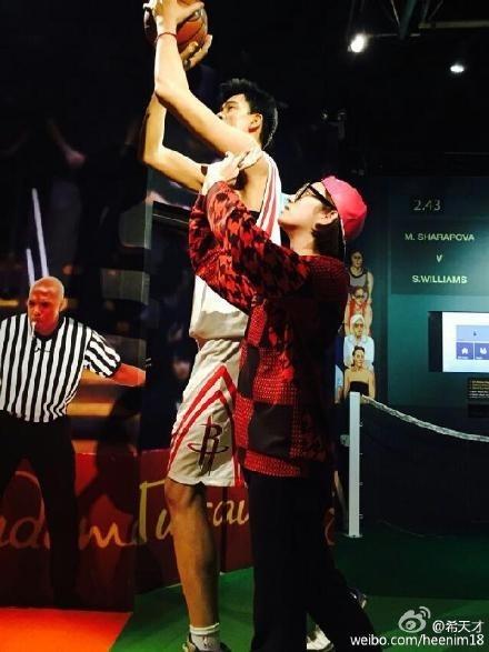 SUPER JUNIOR ヒチョル、香港のマダム・タッソーでバスケ選手ヤオ・ミンとツーショット「僕は小さすぎる…」