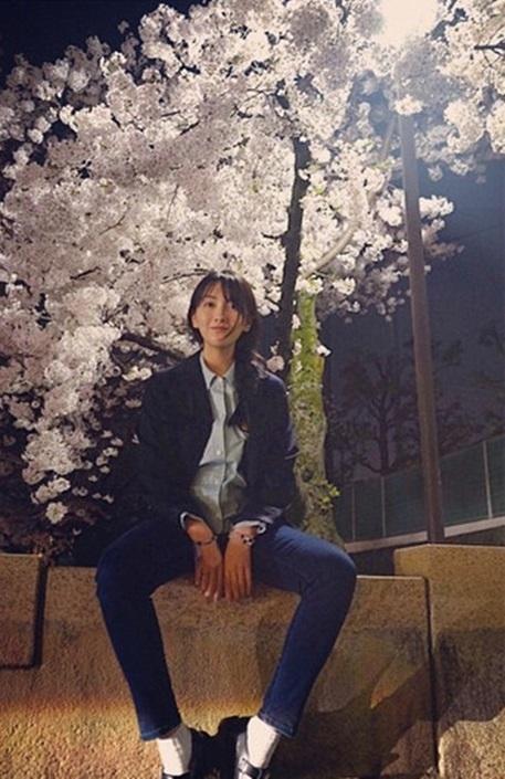 """元KARA 知英、桜の木の下で清純な姿…""""少女のような雰囲気"""""""