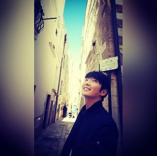 イ・ジュンギ、イタリアの街角で見せた爽やかな笑顔…「美しい日」