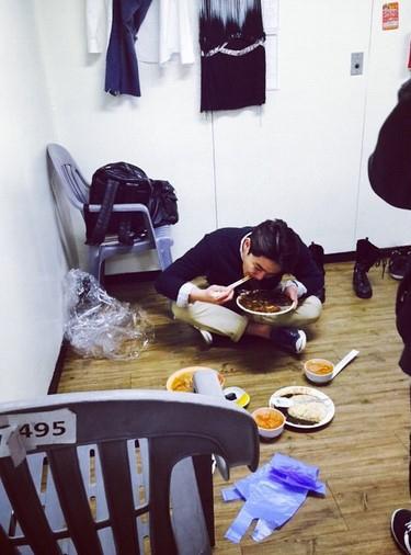 """SUPER JUNIOR カンイン、楽屋の片隅でジャージャー麺を食べる姿を公開…""""ものすごい勢い"""""""