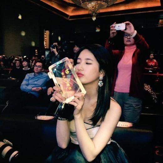 "miss A スジ「今年の女神賞」受賞の記念写真を公開""ボディラインも女神"""