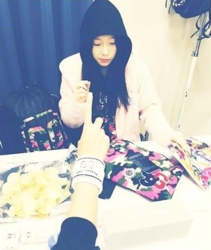 """少女時代 テヨン、お菓子を食べながらコンサートの準備中…""""フード姿がキュート!"""""""