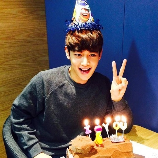 SHINee ミンホ、24回目の誕生日を迎えて記念写真を公開…ケーキと共にキュートなポーズ