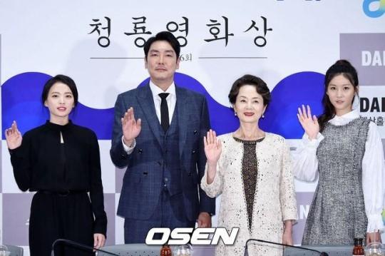 「第36回青龍映画賞」キム・ヨンエ&チョン・ウヒら、昨年の受賞者がハンドプリントイベント開催