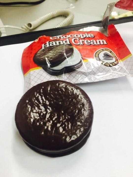 """本物そっくり!チョコパイ形のハンドクリームが話題…人気番組に登場して""""関心集中"""""""