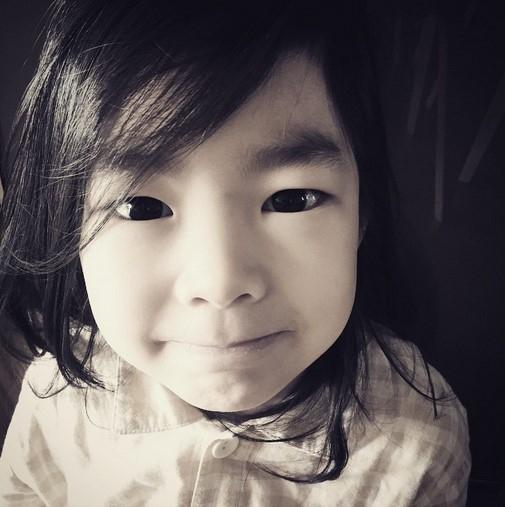 """TABLOの娘ハルちゃん、純粋な眼差しの写真を公開""""こんにちは!"""""""