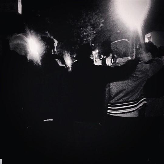 G-DRAGON、メンバー全員で肩を組んで前へ…「僕たちBIGBANGって言います」