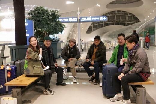 チェ・ジウ「花よりおじいさん」メンバーと晴れやかな笑顔…出国現場を公開