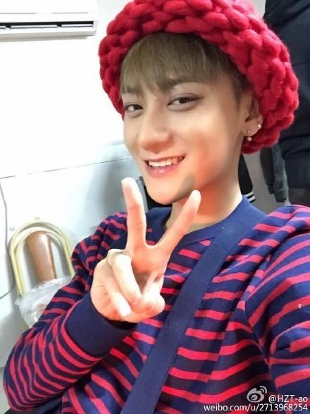 EXO タオ、韓国で大人気のニット帽をかぶってセルフショット「ケガして何も出来ないけど…」