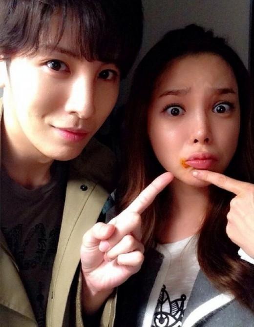 """ノ・ミヌ、パク・シヨンとのコミカルな写真を公開""""唇に何がついてても可愛い"""""""