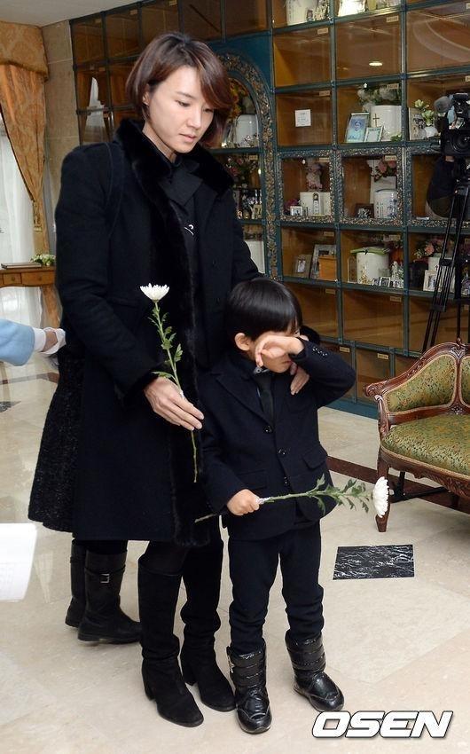 故シン・ヘチョルさんの妻ユン・ウォニさん、1周期を控えて心境告白「子供たちがよく耐えてくれてありがたい」