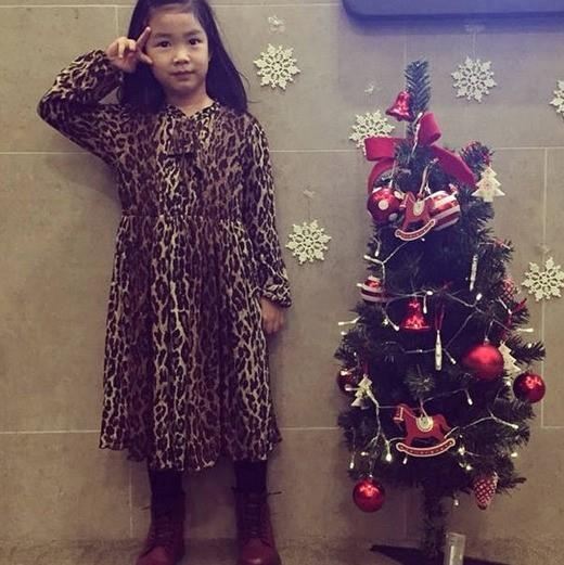 TABLOの娘ハルちゃん、クリスマスツリーの隣でピース「Merry christmas!」