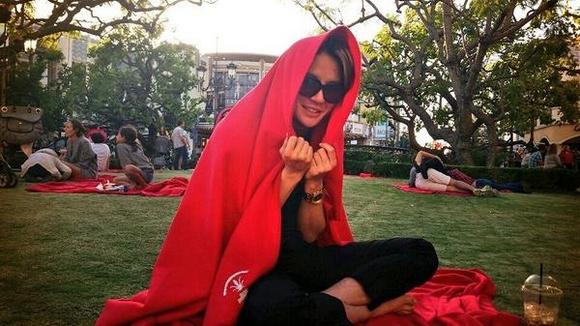 "JYJ ジュンス、赤い毛布を被ってキュートな姿にイメチェン""赤ずきんチャチャみたい!"""