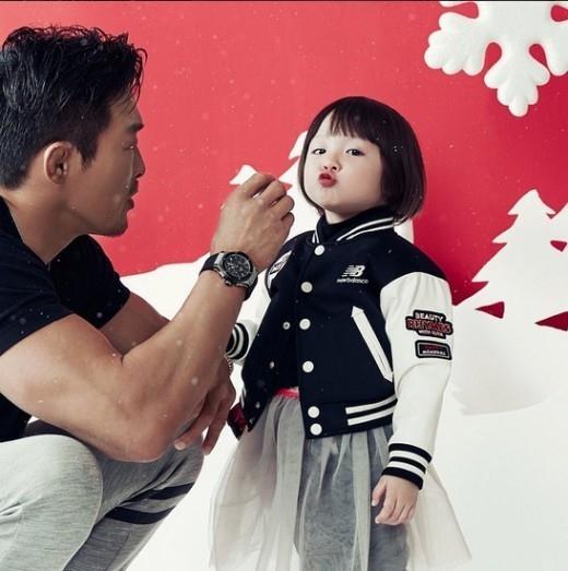 秋山成勲の娘サランちゃん、疲れた心を癒やすキュートなグラビア未使用カットを公開